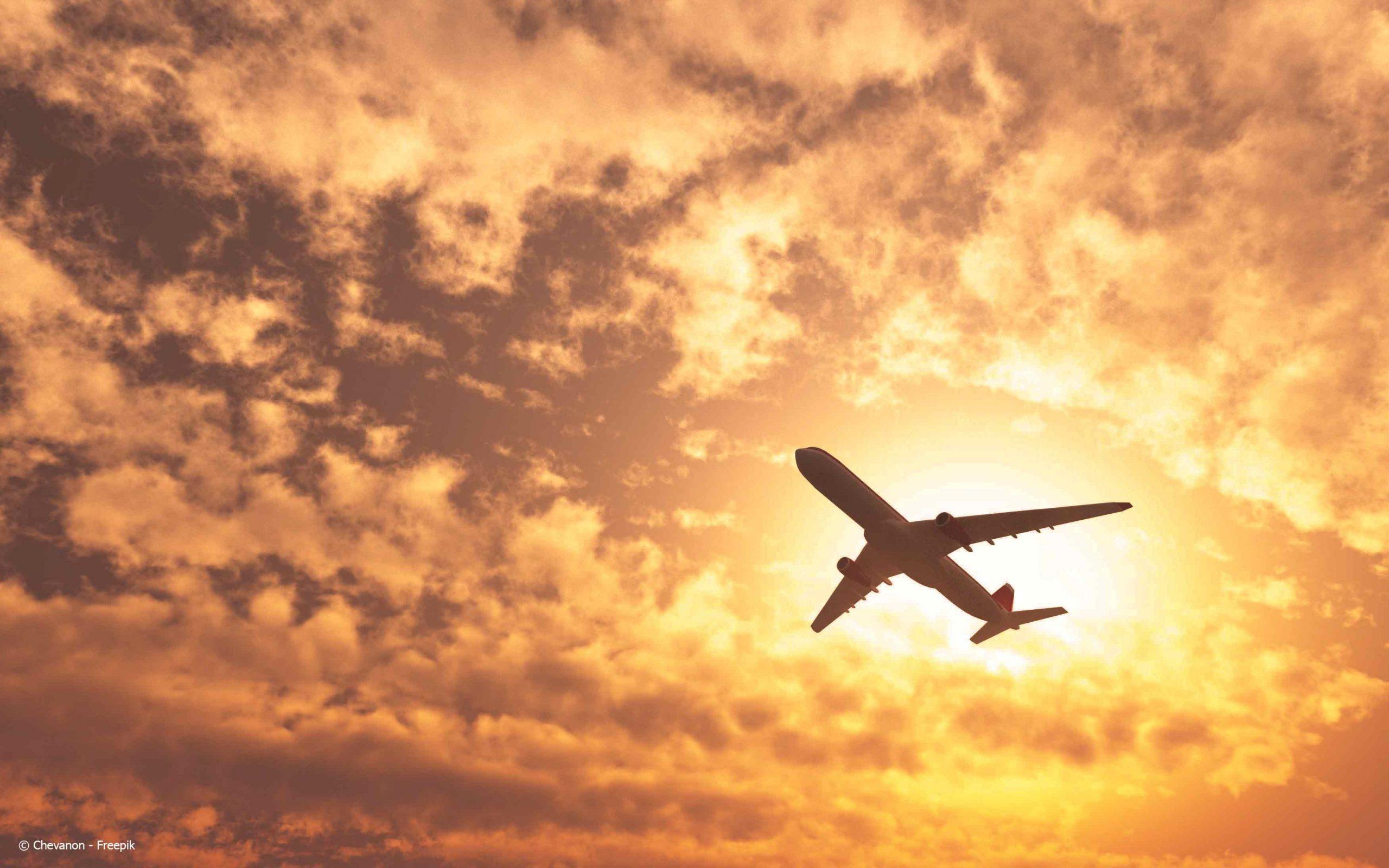 Avion dans le soleil couchant